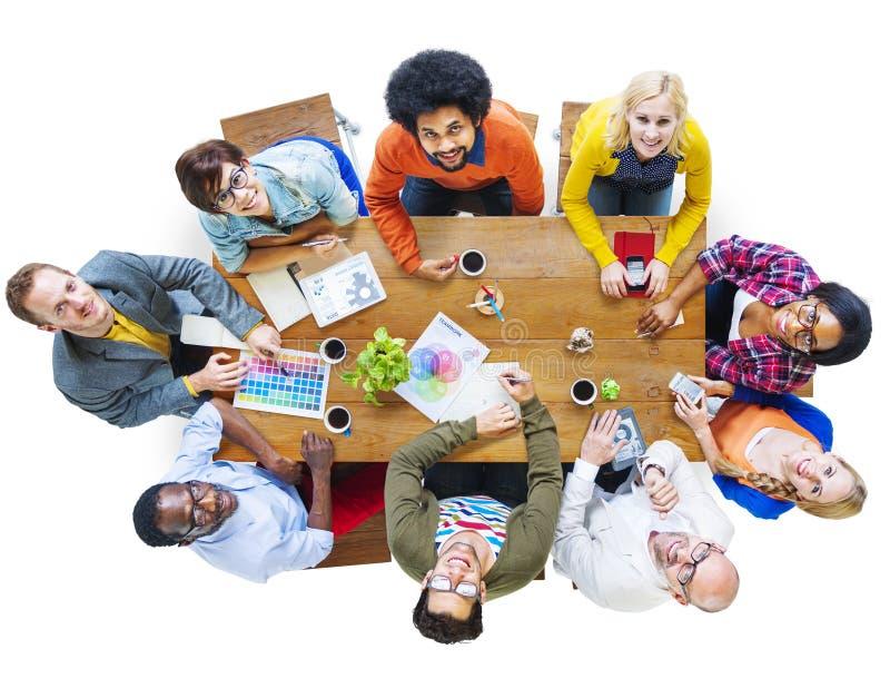Gruppe multiethnische Designer, die oben Konzept schauen lizenzfreie stockfotografie