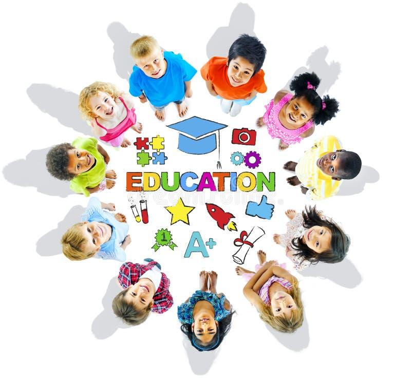 Gruppe multiethnische Kinder mit Bildung stockbilder