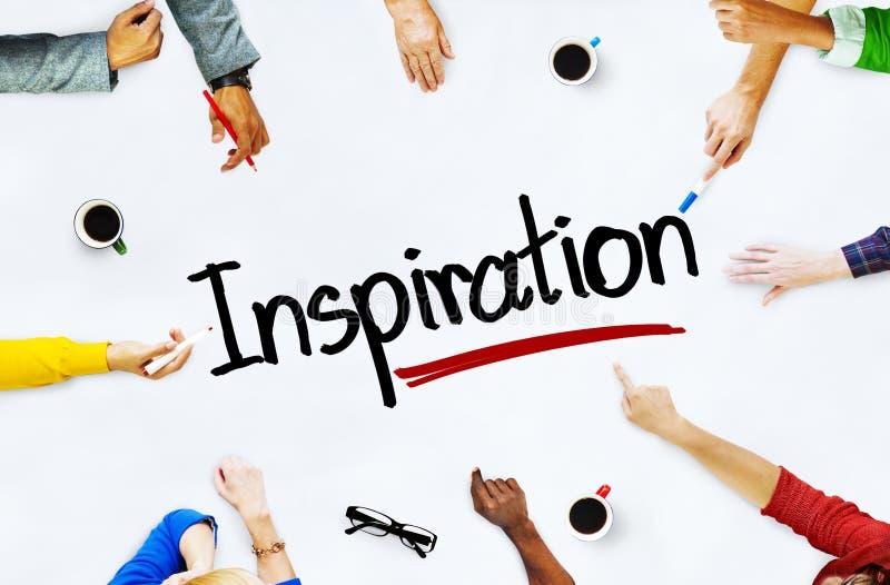 Gruppe multiethnische Leute, die über Inspirations-Konzept sich besprechen lizenzfreie stockfotos