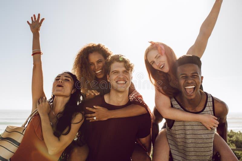 Gruppe multiethnische Leute, die sich amüsieren lizenzfreies stockfoto