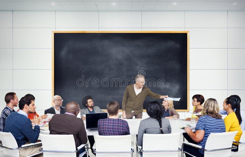 Gruppe multiethnische Studenten, die auf den Sprecher hören stockfoto