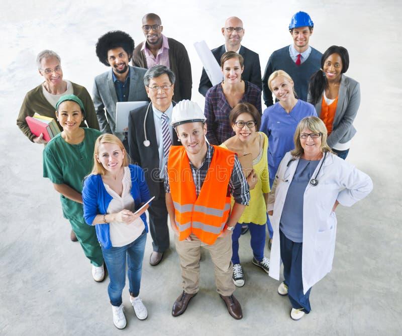 Gruppe multiethnische verschiedene Leute mit verschiedenen Jobs stockbild
