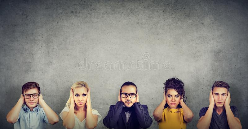 Gruppe multikulturelle Leutefrauen und -männer, die ihre Ohren bedecken lizenzfreie stockfotografie