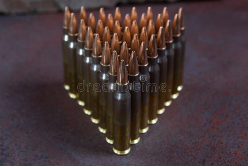 Gruppe Munition geometrisch gelegt in Reihen stockfotografie