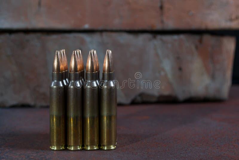 Gruppe Munition geometrisch gelegt in Reihen stockbilder
