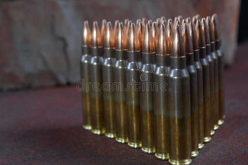 Gruppe Munition geometrisch gelegt in Reihen lizenzfreies stockbild
