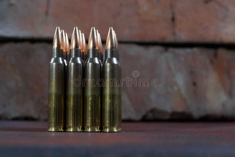 Gruppe Munition geometrisch gelegt in Reihen stockbild
