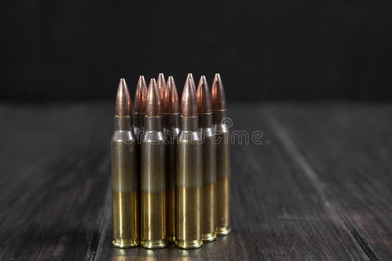 Gruppe Munition geometrisch gelegt in Reihen lizenzfreie stockfotos