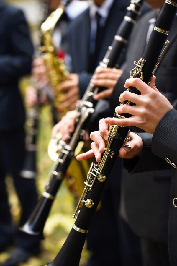 Gruppe Musiker in den Klagen, welche die Klarinette spielen stockfotografie