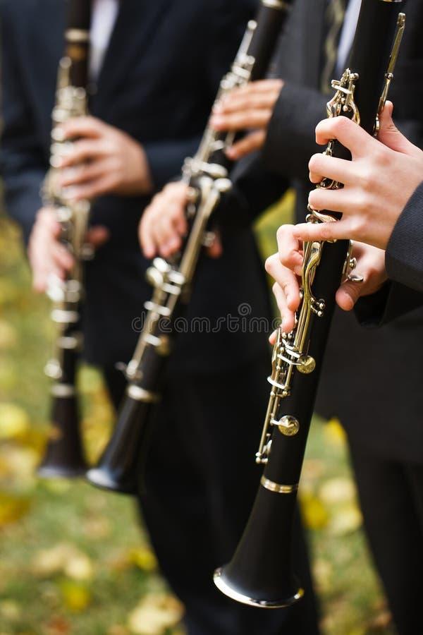 Gruppe Musiker in den Klagen, welche die Klarinette spielen stockfoto