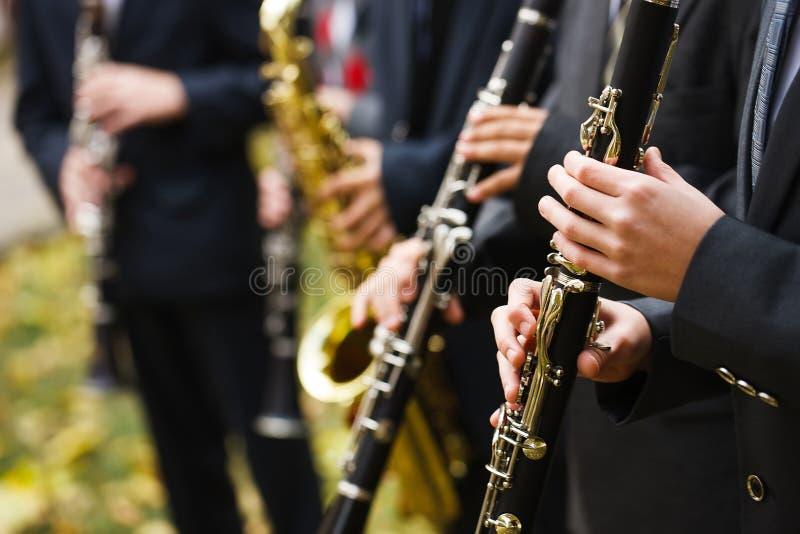 Gruppe Musiker in den Klagen, welche die Klarinette spielen lizenzfreie stockfotografie
