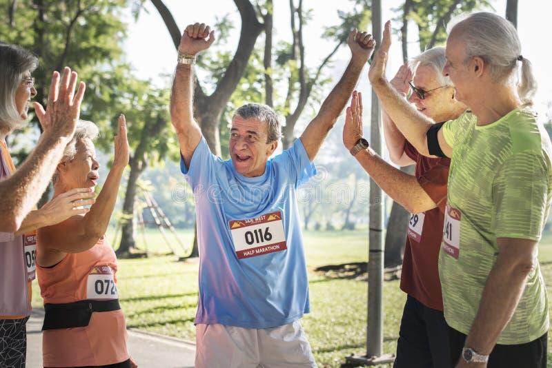 Gruppe nette ältere Läufer am Park stockfoto