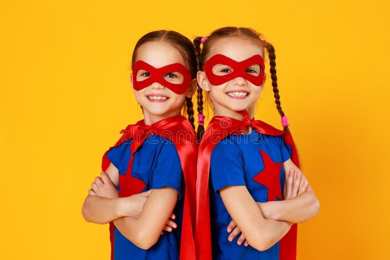 Gruppe nette gl?ckliche Kinder auf farbigem gelbem Hintergrund lizenzfreie stockfotos