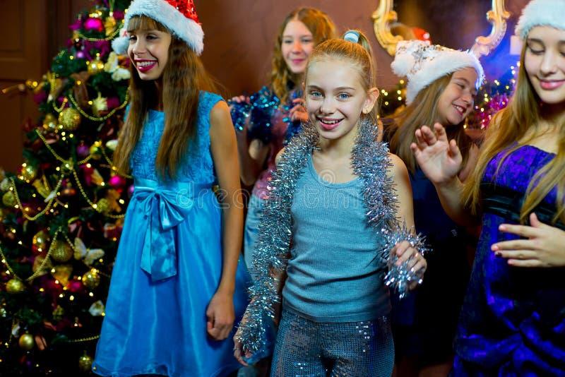 Gruppe nette junge Mädchen, die Weihnachten feiern stockbild