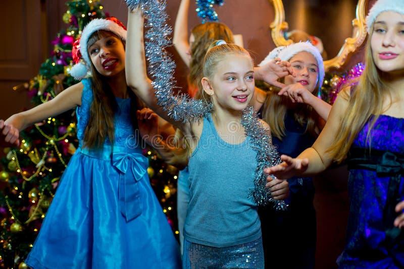 Gruppe nette junge Mädchen, die Weihnachten feiern stockfotos