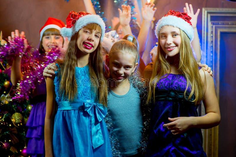 Gruppe nette junge Mädchen, die Weihnachten feiern lizenzfreie stockfotos