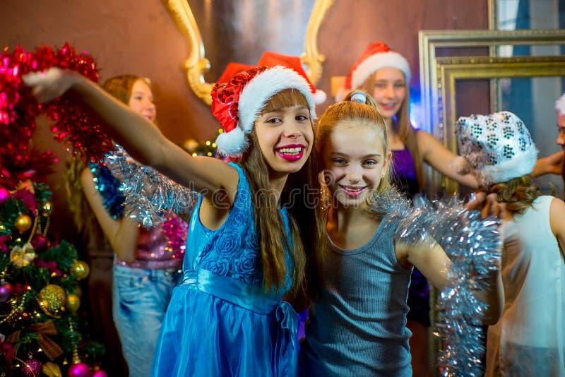 Gruppe nette junge Mädchen, die Weihnachten feiern lizenzfreies stockbild