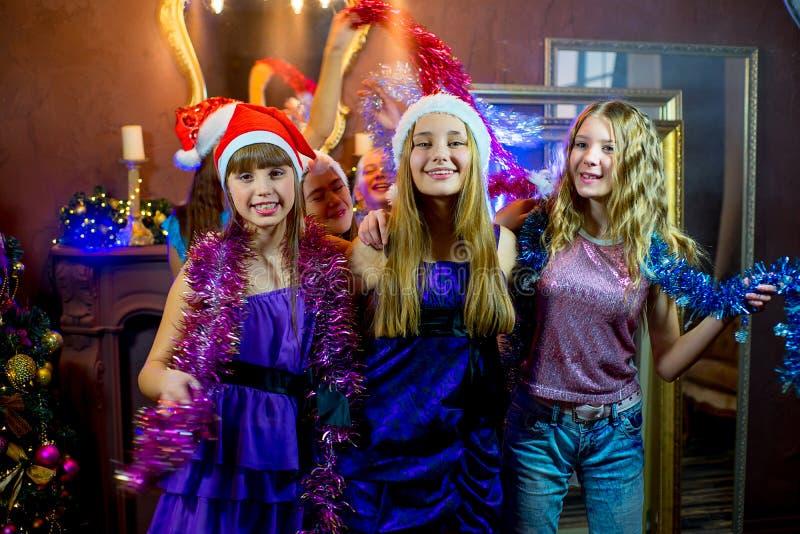 Gruppe nette junge Mädchen, die Weihnachten feiern stockfotografie