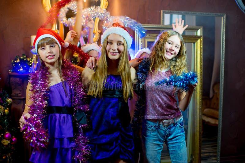 Gruppe nette junge Mädchen, die Weihnachten feiern stockfoto