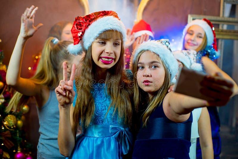 Gruppe nette junge Mädchen, die Weihnachten feiern Selfie stockbilder