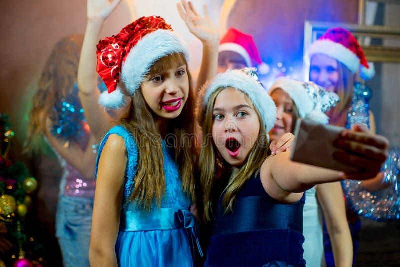 Gruppe nette junge Mädchen, die Weihnachten feiern Selfie lizenzfreies stockfoto