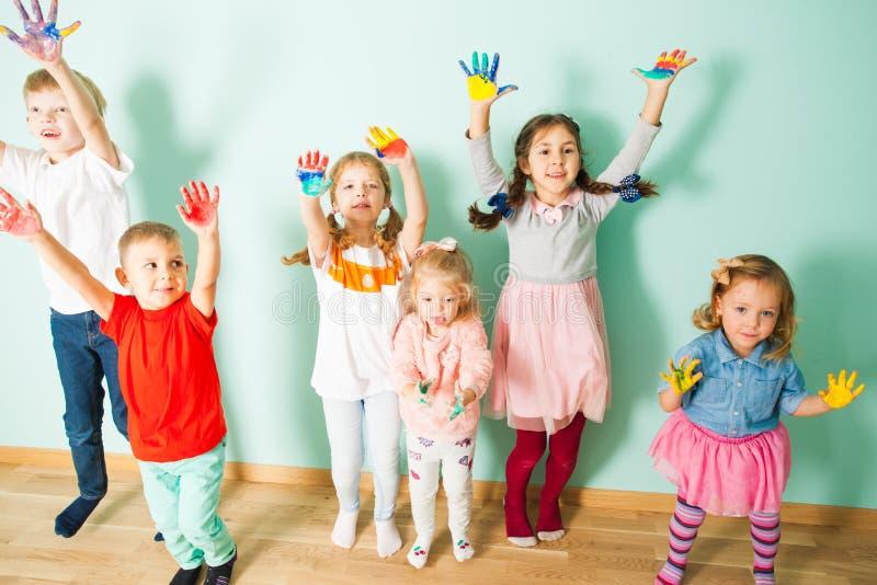 Gruppe nette Kinder mit gemalten Palmen lizenzfreies stockbild