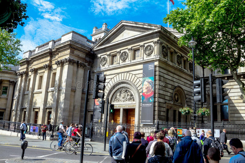 Gruppe nicht identifizierte Touristen nähern sich nationaler Portret-Galerie in der Zentrale des Londons zur Morgenzeit stockfotografie