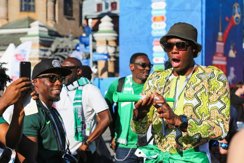 Gruppe nigerische Fußballanhänger lizenzfreies stockbild