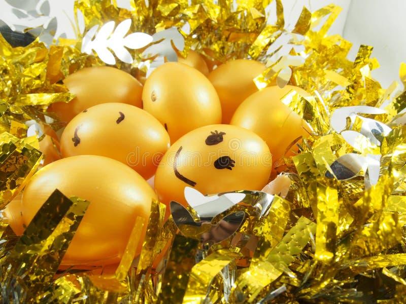 Gruppe Ostereier auf goldenem Büschel lizenzfreie stockfotos