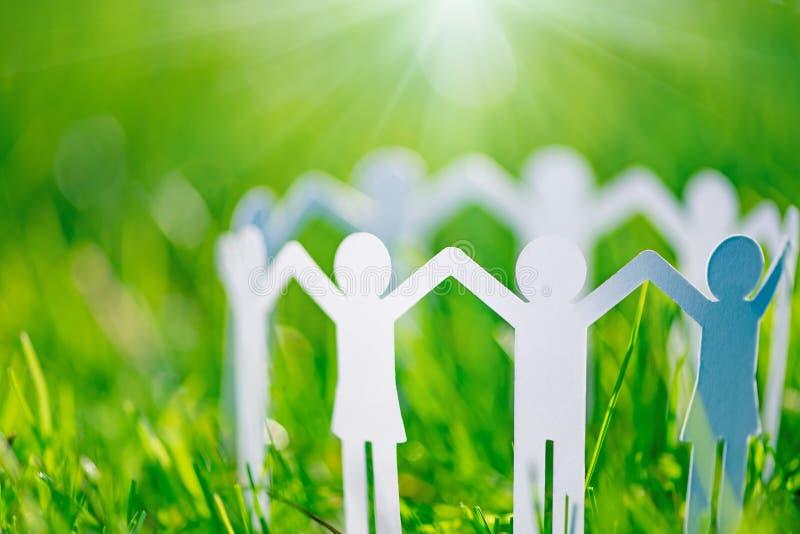 Gruppe Papierleuteh?ndchenhalten zusammen Konzept der Sozialhilfe in der Gruppe Getrennt auf Wei? stockbild