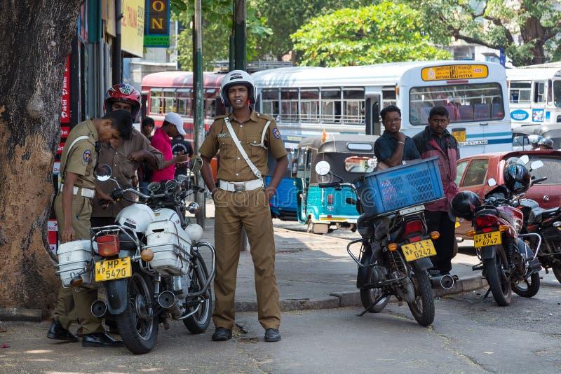 Gruppe Polizisten, die auf Straße stehen lizenzfreies stockfoto