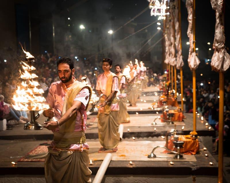 Gruppe Priester, die Aarti - hindisches religiöses Ritual von wo durchführen lizenzfreies stockbild