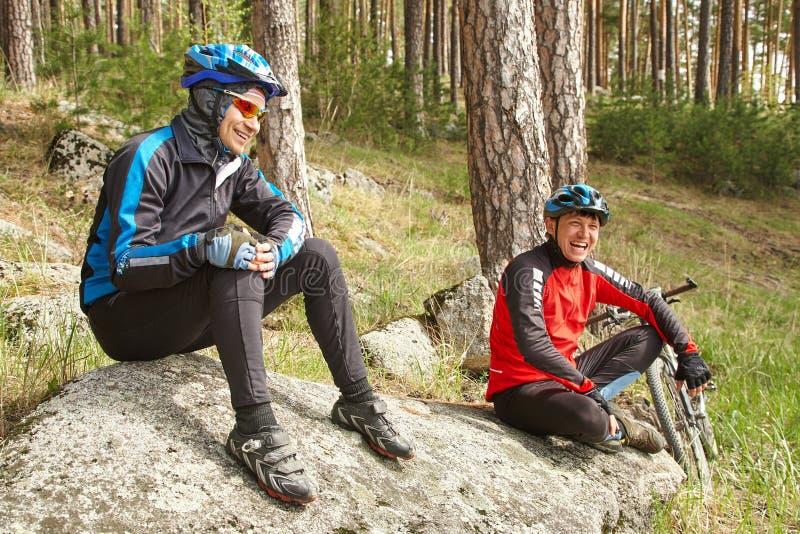 Gruppe Radfahrer auf einem Halt Team drau?en In den Wald, von der Radfahrerperspektive radfahren stockbild