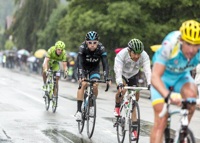 Gruppe Radfahrer, die in den Regen - Tour de France 2014 reiten stockfotos
