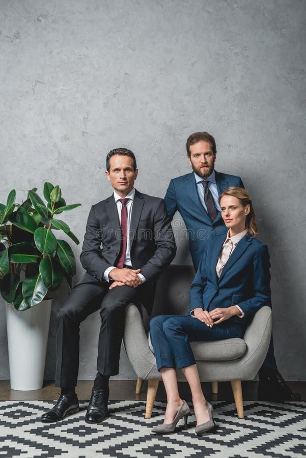 Gruppe Rechtsanwälte in den Klagen lizenzfreies stockbild