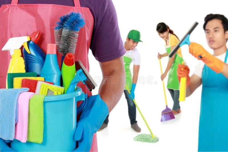 Gruppe Reinigungsdienstleistungen bereit, die Aufgaben zu tun lizenzfreie stockfotos