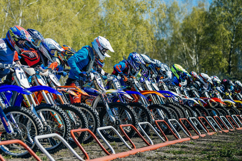 Gruppe Reiter auf Motorrädern auf der Anfangszeile bereit zu beginnen stockfotos