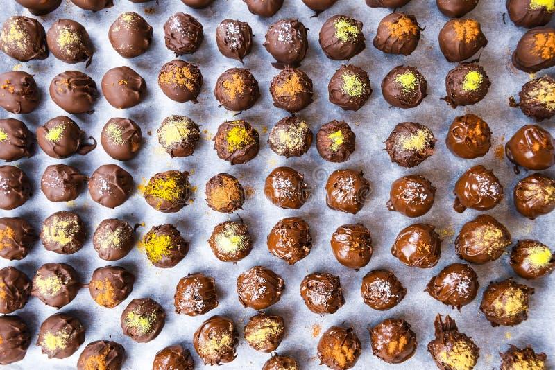 Gruppe s??e und geschmackvolle selbst gemachte Schokoladenb?lle auf einem zur?ckziehenden Papier lizenzfreies stockfoto