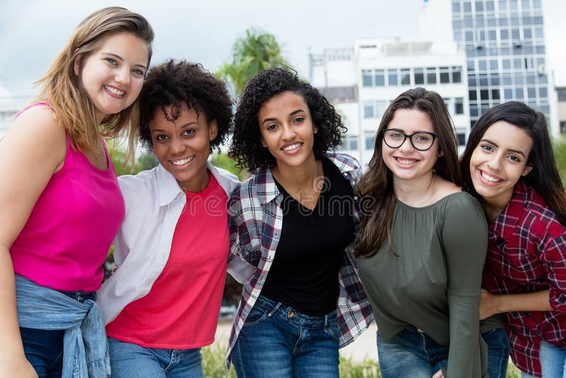Gruppe schöne lateinamerikanische und afrikanische und arabische Mädchen lizenzfreies stockbild