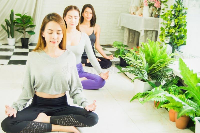 Gruppe Sch?nheiten in den Yoga- und Meditationsklassen, zum des Verstandes und des Geistes, mit Konzept des Entspannung und des K stockfoto