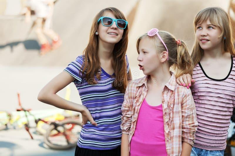 Gruppe Schulmädchen auf dem Spielplatz lizenzfreie stockfotos