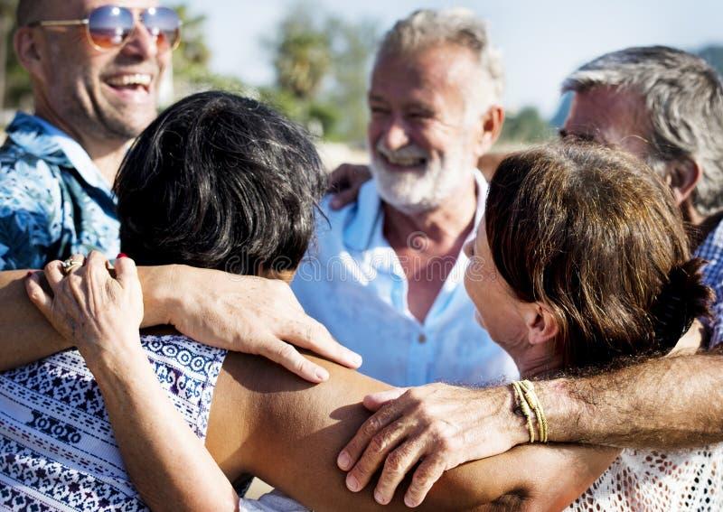 Gruppe Senioren auf dem Strand lizenzfreie stockfotografie