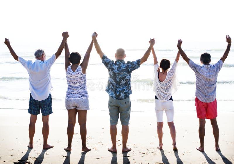 Gruppe Senioren auf dem Strand lizenzfreie stockfotos