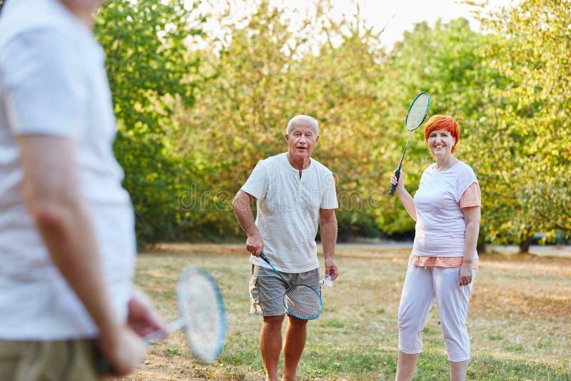 Gruppe Senioren, die Badminton im Park spielen stockfoto