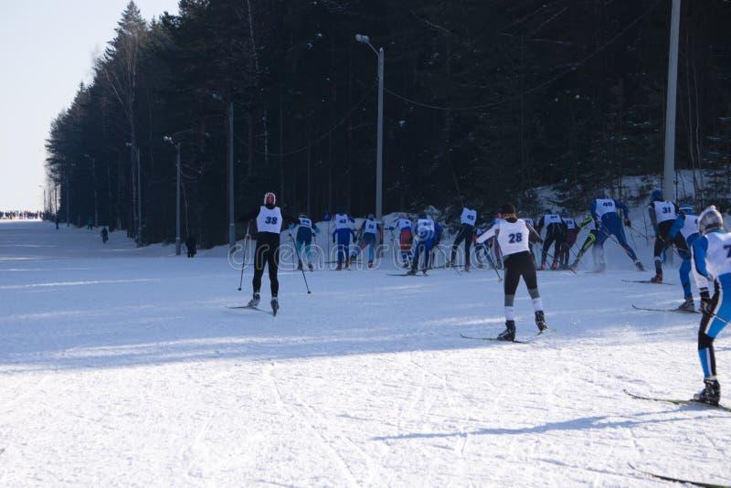 Gruppe Skitouristen Skitoure im Wintersporttourismus Gruppe Kinder mit einer Gruppe Skifahrern stockbild