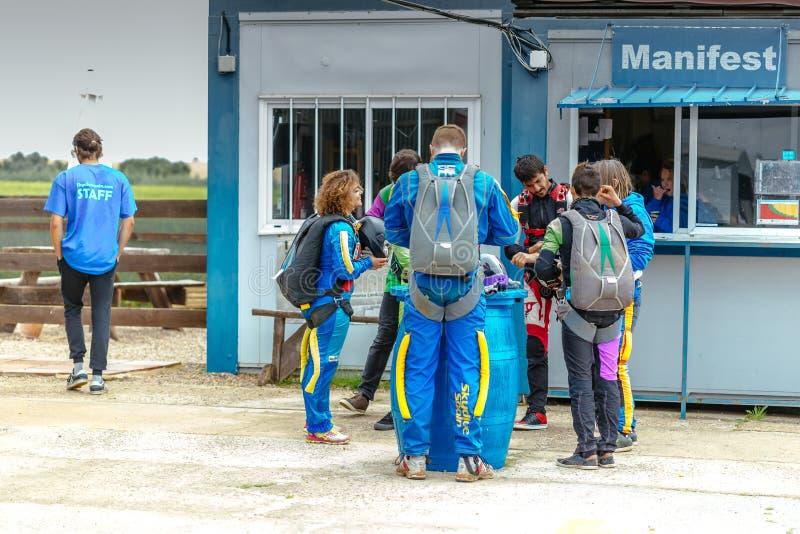 Gruppe Skydivers, die sich vorbereiten zu fliegen lizenzfreies stockbild