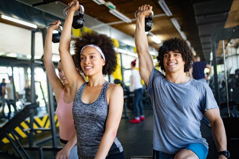 Gruppe sportive Leute in einem Turnhallen-Training lizenzfreies stockfoto