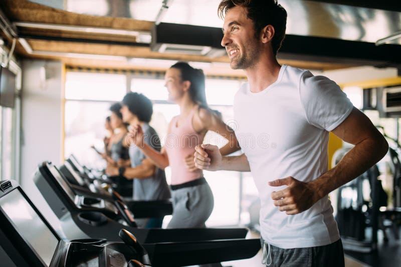 Gruppe sportive Leute in einer Turnhalle Konzepte über Lebensstil und Sport in einem Fitness-Club lizenzfreie stockbilder