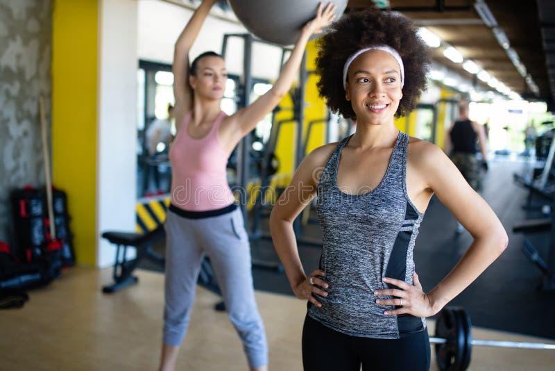 Gruppe sportive Leute in einer Turnhalle Konzepte über Lebensstil und Sport in einem Fitness-Club lizenzfreie stockfotografie