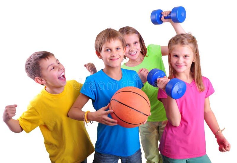 Gruppe sportliche Kinderfreunde mit Dummköpfen und Ball stockfoto